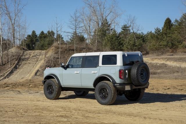 Ford Bronco ra mắt, cạnh tranh sát ván Jeep Wrangler - 13