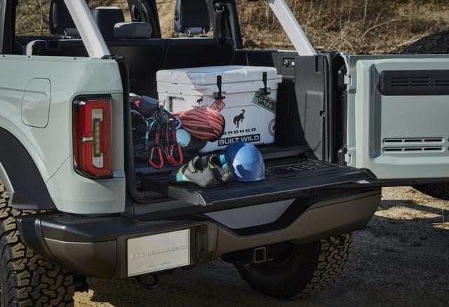 Ford Bronco ra mắt, cạnh tranh sát ván Jeep Wrangler - 16
