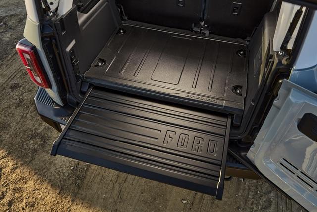 Ford Bronco ra mắt, cạnh tranh sát ván Jeep Wrangler - 15