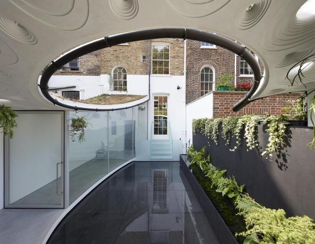 Độc đáo căn biệt thự đổ đất trồng cây xanh trên mái nhà để tránh nóng - 2