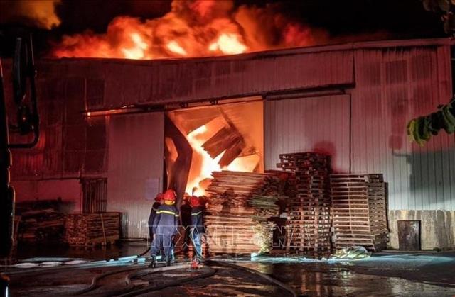 Cháy lớn tại xưởng gỗ nằm gần kho xăng - 1