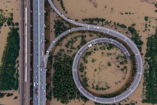 Trung Quốc chật vật ứng phó lũ lụt tồi tệ nhất trong hơn 30 năm - 2