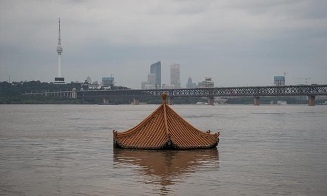 Sau mưa lũ, người dân đổ xô ra đường bắt cá - 3
