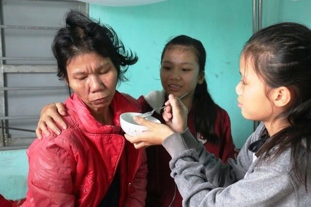 Người mẹ bị u đa xương nuôi 2 con nhỏ tiếp tục được bạn đọc giúp đỡ - 2