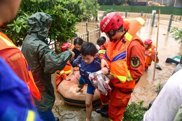 Trung Quốc chật vật ứng phó lũ lụt tồi tệ nhất trong hơn 30 năm - 10