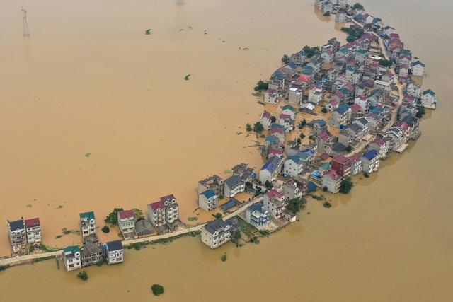Trung Quốc chật vật ứng phó lũ lụt tồi tệ nhất trong hơn 30 năm - 1