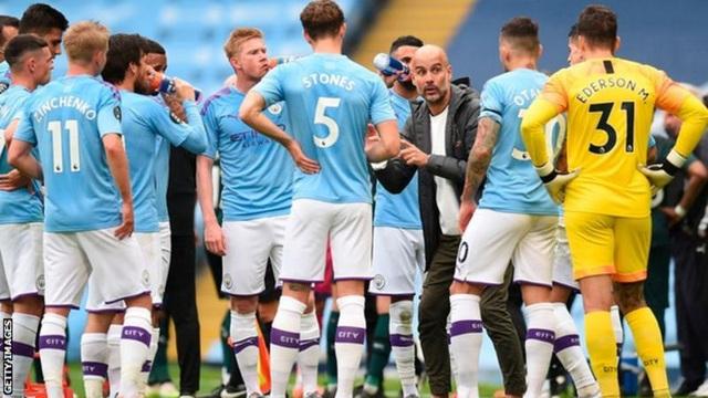 Man City bị chỉ trích vì thoát án phạt, HLV Guardiola phản ứng - 1