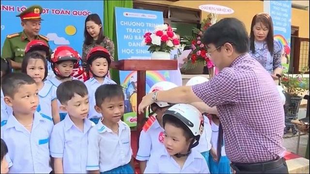 Quảng Ngãi: Tỷ lệ học sinh tiểu học đội mũ bảo hiểm quá thấp - 1