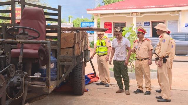 Công an nổ súng bắt giữ đối tượng lái xe chở gỗ lậu lao thẳng vào CSGT - 1