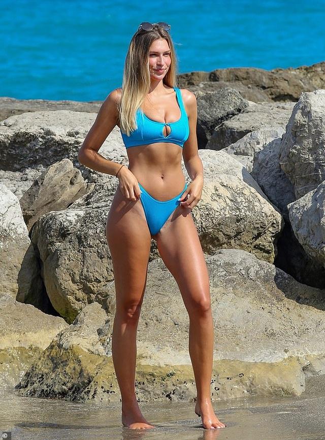 Người đẹp Anh hút hồn với bikini xanh - 1