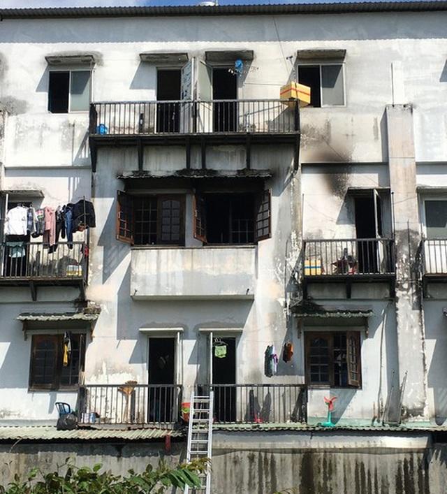 Khu nhà trọ 3 tầng bất ngờ bốc cháy, 6 người mắc kẹt bên trong - 1