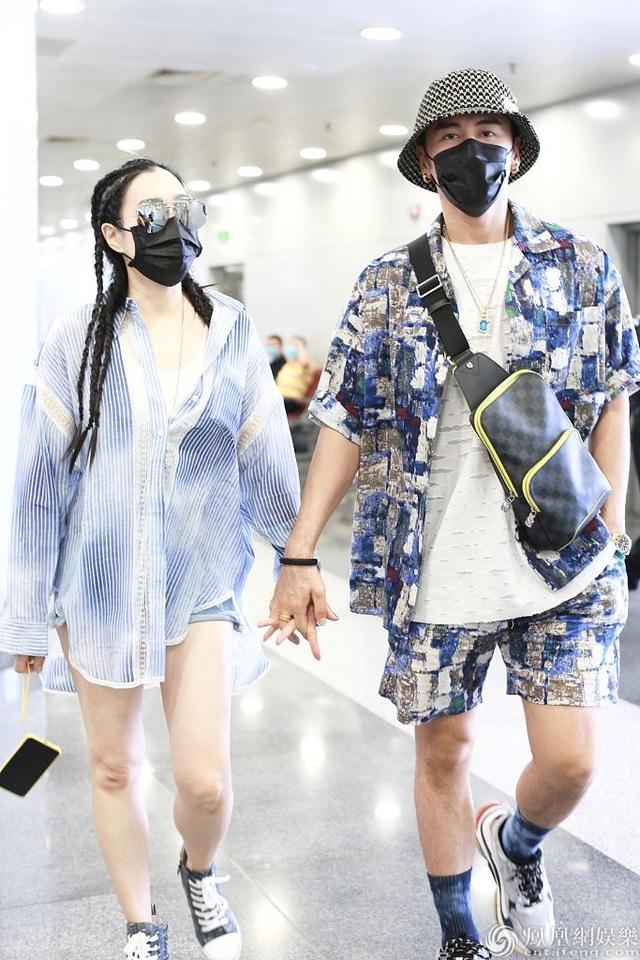 Chung Lệ Đề và chồng kém 12 tuổi sánh đôi sành điệu ở sân bay - 2