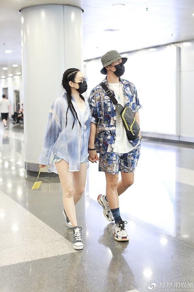 Chung Lệ Đề và chồng kém 12 tuổi sánh đôi sành điệu ở sân bay - 5