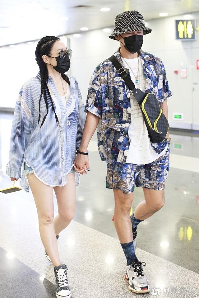 Chung Lệ Đề và chồng kém 12 tuổi sánh đôi sành điệu ở sân bay - 3