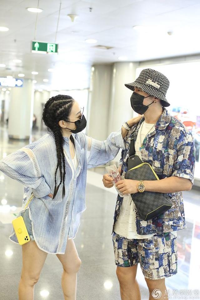 Chung Lệ Đề và chồng kém 12 tuổi sánh đôi sành điệu ở sân bay - 1