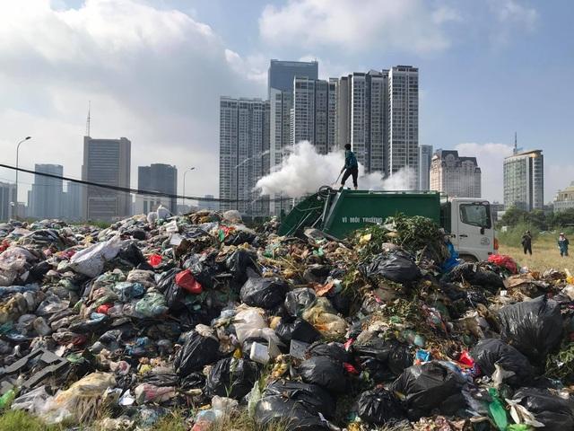 Bãi Nam Sơn bị phong tỏa, rác trong nội đô chất như núi - 1