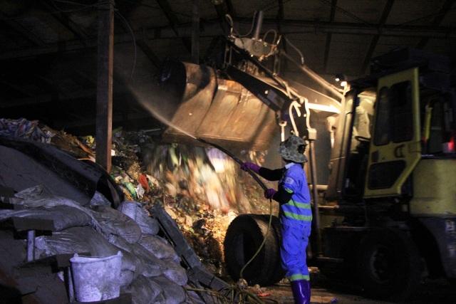 Công nhân xuyên đêm xử lý lượng rác khủng tồn đọng ở Hà Nội - 2