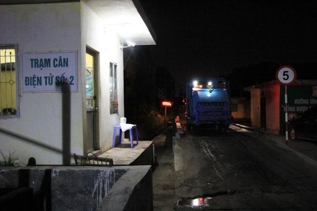 Công nhân xuyên đêm xử lý lượng rác khủng tồn đọng ở Hà Nội - 7