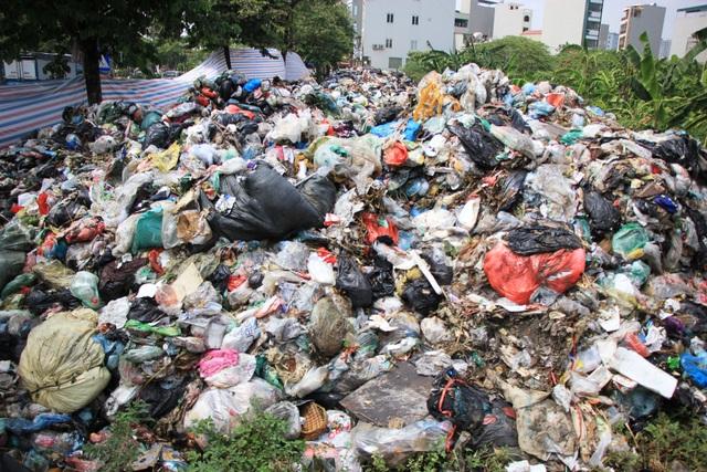 Bãi Nam Sơn bị phong tỏa, rác trong nội đô chất như núi - 2
