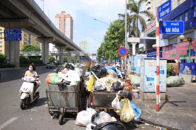 Bãi Nam Sơn bị phong tỏa, rác trong nội đô chất như núi - 5