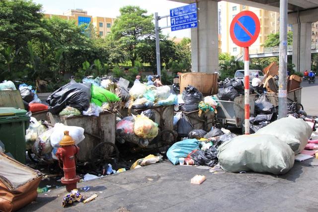 Bãi Nam Sơn bị phong tỏa, rác trong nội đô chất như núi - 11
