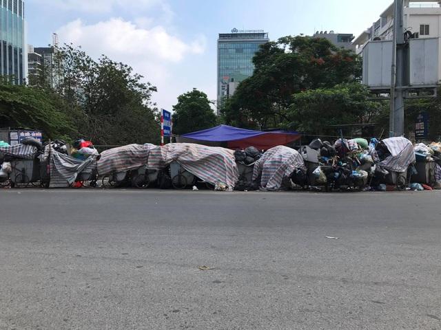 Bãi Nam Sơn bị phong tỏa, rác trong nội đô chất như núi - 10