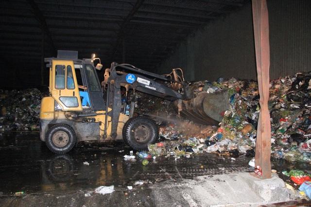 Công nhân xuyên đêm xử lý lượng rác khủng tồn đọng ở Hà Nội - 5