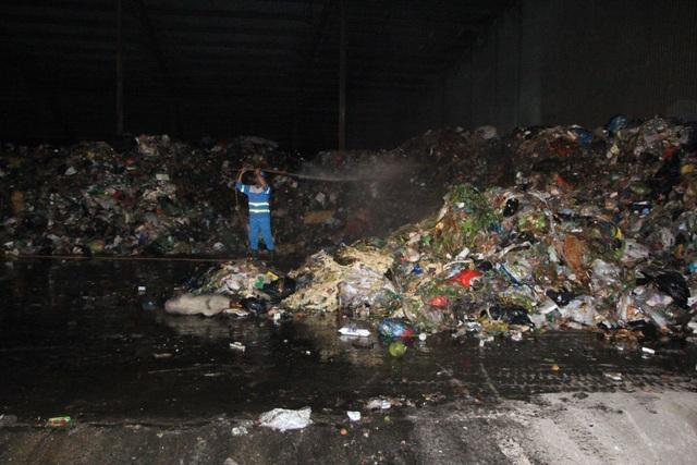 Công nhân xuyên đêm xử lý lượng rác khủng tồn đọng ở Hà Nội - 4