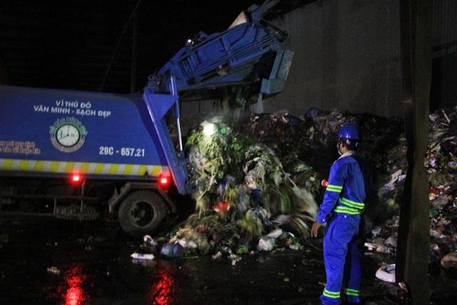 Công nhân xuyên đêm xử lý lượng rác khủng tồn đọng ở Hà Nội - 3