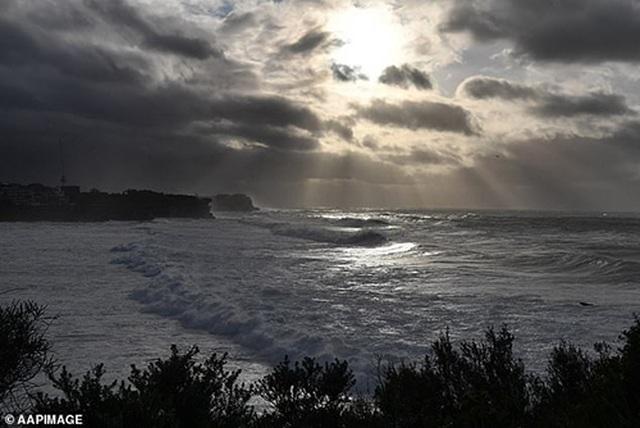 Video: Ngư dân hoảng hồn thấy vòi rồng khổng lồ xuất hiện gần Sydney - 5