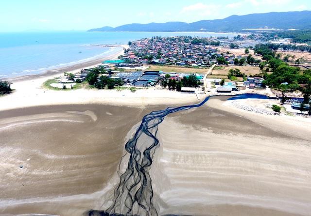 Hình ảnh kinh hoàng hồ nuôi tôm xả nước thải đen ngòm bức tử cả bãi biển - 15