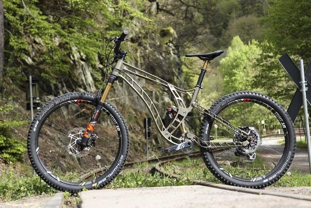 Độc đáo xe đạp làm từ nhôm nguyên khối - 4