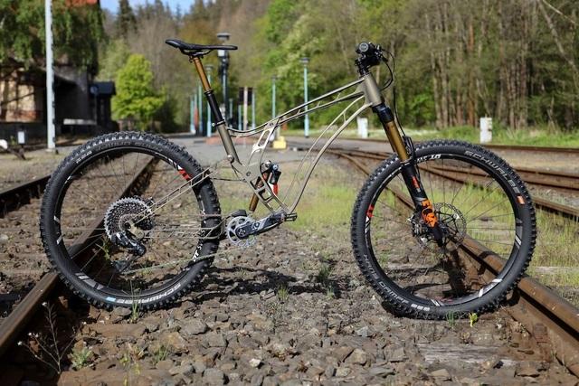 Độc đáo xe đạp làm từ nhôm nguyên khối - 3