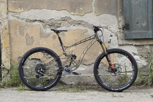 Độc đáo xe đạp làm từ nhôm nguyên khối - 1