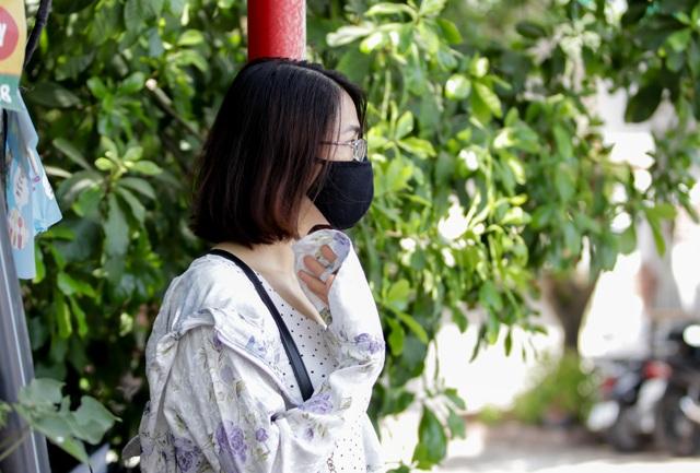 Hà Nội: Phụ huynh vật vờ gốc cây trốn nắng nóng đợi con rời phòng thi - 10