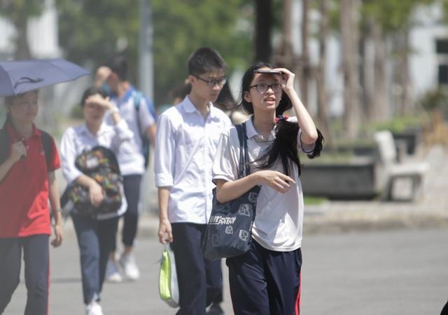 Thi Ngữ văn vào lớp 10 của Hà Nội: Thí sinh vui vẻ rời phòng thi vì đề dễ - 3