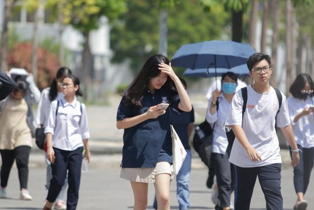 Thi Ngữ văn vào lớp 10 của Hà Nội: Thí sinh vui vẻ rời phòng thi vì đề dễ - 2