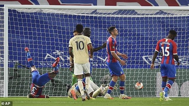 Cận cảnh pha va chạm khiến trung vệ Crystal Palace suýt gãy cổ - 1