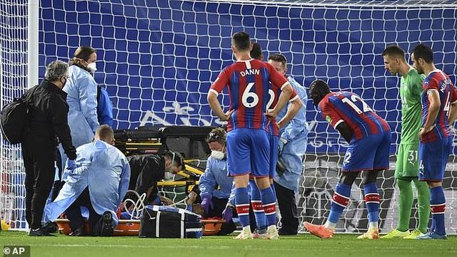 Cận cảnh pha va chạm khiến trung vệ Crystal Palace suýt gãy cổ - 2