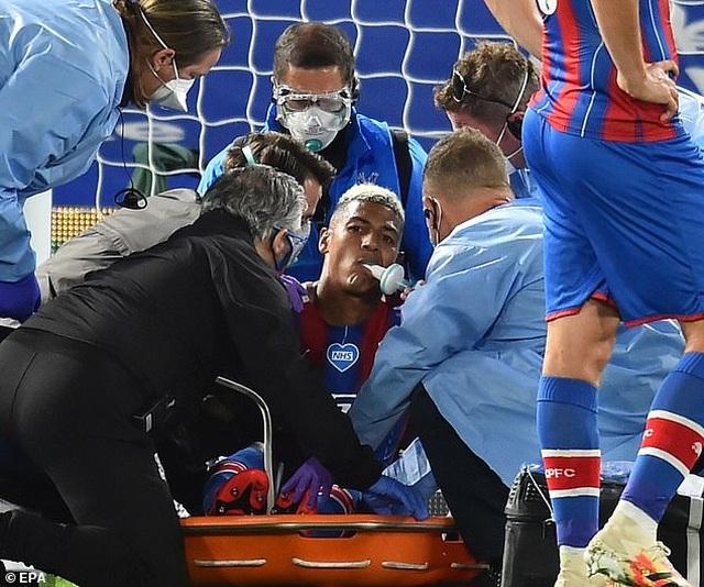 Cận cảnh pha va chạm khiến trung vệ Crystal Palace suýt gãy cổ - 3