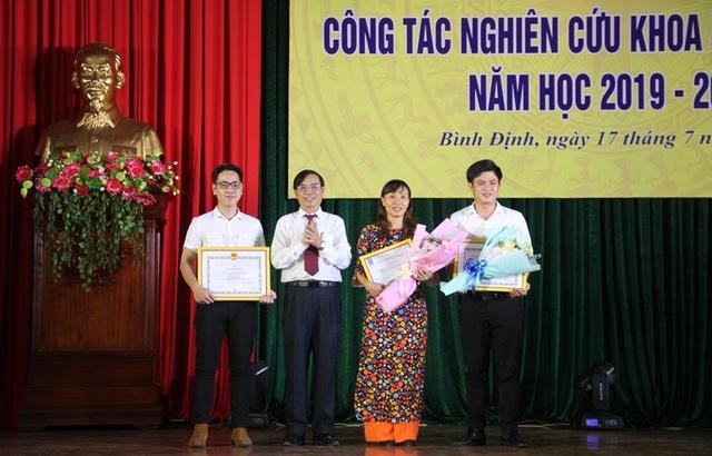 Trường ĐH Quy Nhơn trao giấy khen đến sinh viên nghiên cứu khoa học - 2