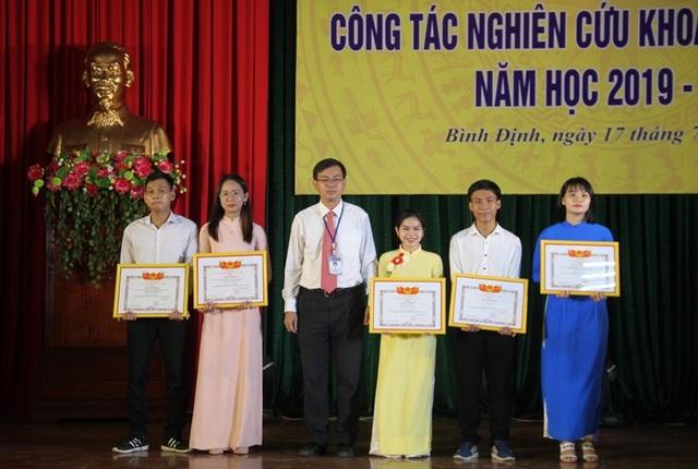 Trường ĐH Quy Nhơn trao giấy khen đến sinh viên nghiên cứu khoa học - 3