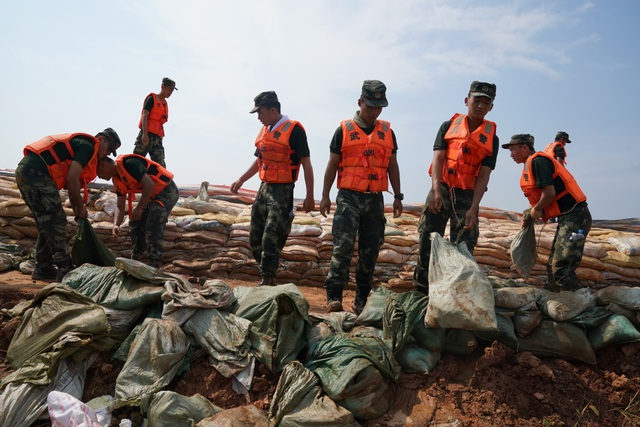 Trung Quốc nâng cảnh báo lũ trên nhiều sông hồ lên mức cao nhất - 2