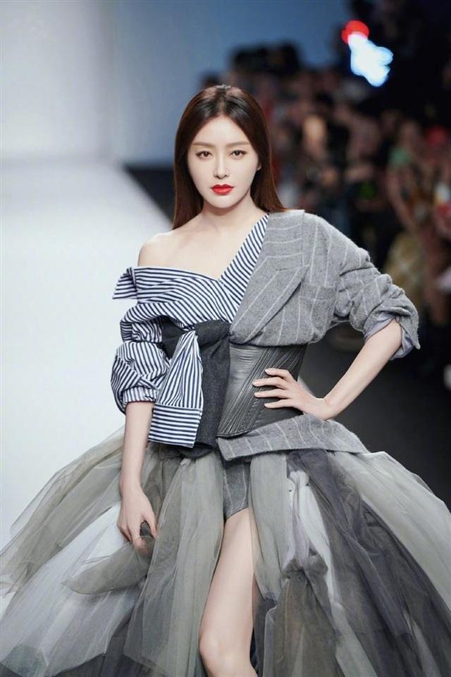 """""""Phú Sát hoàng hậu"""" Tần Lam khoe vẻ đẹp không tuổi khi đón tuổi 41 - 14"""