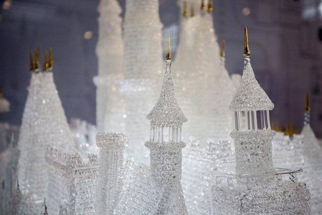 Lâu đài thuỷ tinh điêu khắc lớn nhất thế giới bất ngờ vỡ tan - 2