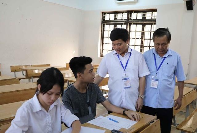 Hà Nội: Cử người chép bài giúp thí sinh gãy tay thi vào lớp 10 - 1