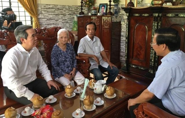 Đồng chí Nguyễn Văn Bình thăm, tặng quà gia đình Mẹ Việt Nam Anh hùng - 1