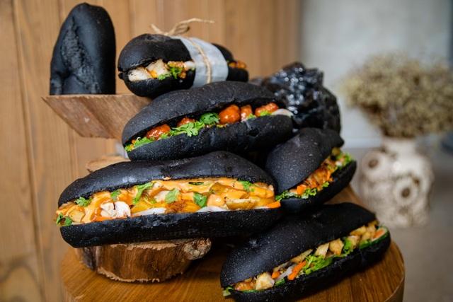 Dân mạng phát sốt với bánh mì bóng đêm đen như than ở Quảng Ninh - 3