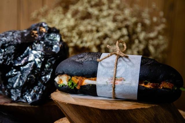 Dân mạng phát sốt với bánh mì bóng đêm đen như than ở Quảng Ninh - 5