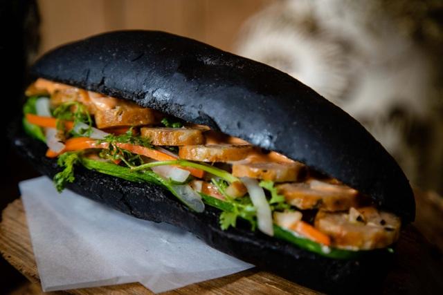 Dân mạng phát sốt với bánh mì bóng đêm đen như than ở Quảng Ninh - 1